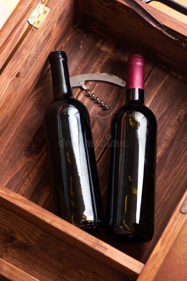 Caso de madeira com as garrafas do vinho imagem de stock