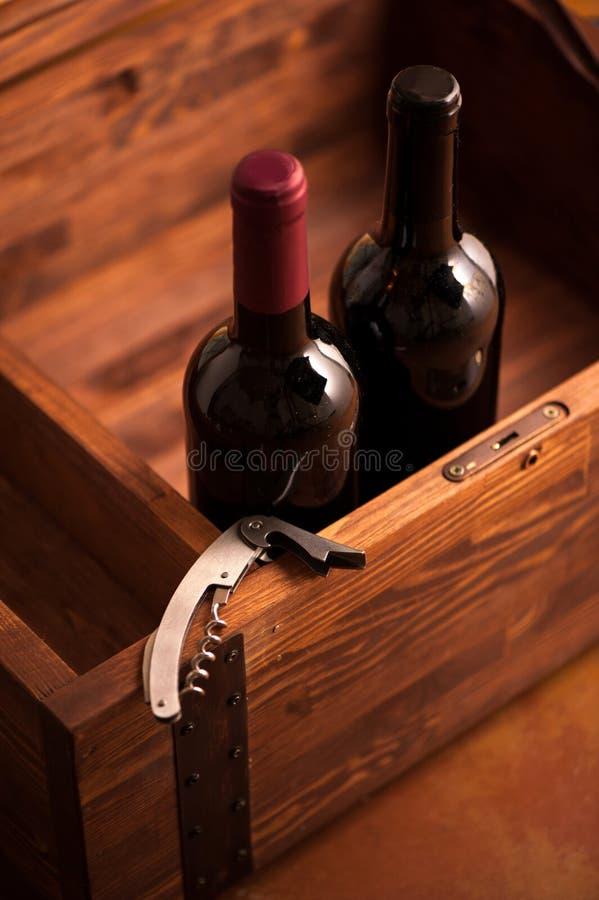 Caso de madera con las botellas de vino foto de archivo libre de regalías
