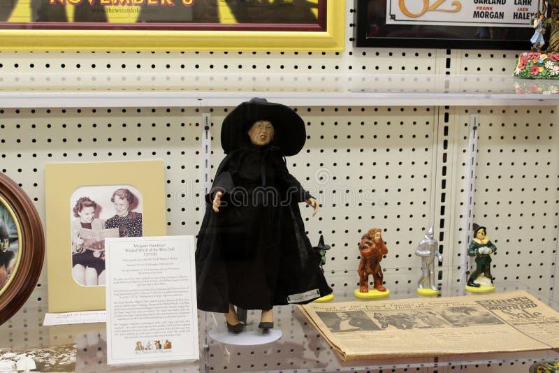 Caso de vidro enchido com os artigos que representam histórias amados de mágico de Oz, museu da onça, Chittenango, New York, 2018 imagem de stock royalty free