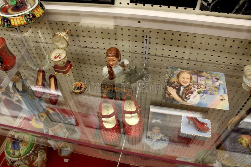 Caso de vidro enchido com os artigos que representam histórias amados de mágico de Oz, museu da onça, Chittenango, New York, 2018 imagens de stock royalty free