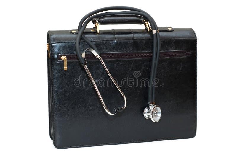 Caso dei medici con lo stetoscopio isolato su bianco immagine stock