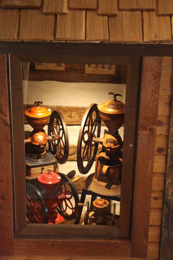 Caso di Deplay di una casa di ceppo con due grandi macchinette del caffè d'annata immagine stock