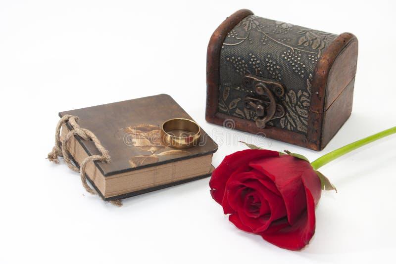 Caso, rosa rossa, note ed anello di oro di legno fotografia stock libera da diritti