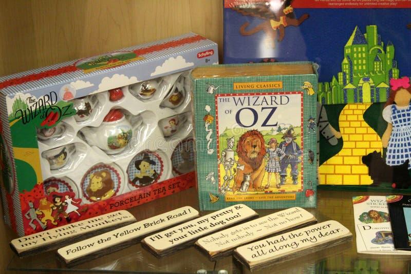 Casos de vidro que guardam a recordação do mágico de Oz, todo o museu da onça das coisas, Chittenango, New York, 2018 imagem de stock
