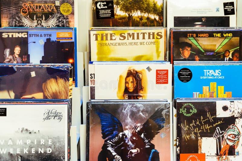 Casos do registro de vinil de faixas famosas da música para a venda em Music Store fotos de stock royalty free