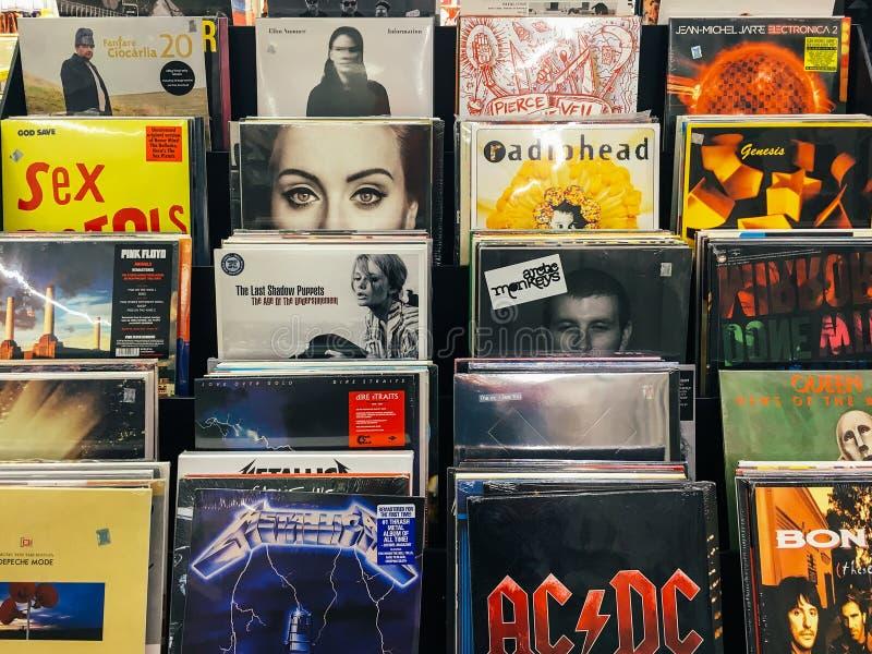 Casos do registro de vinil de faixas famosas da música para a venda em Music Store imagem de stock royalty free