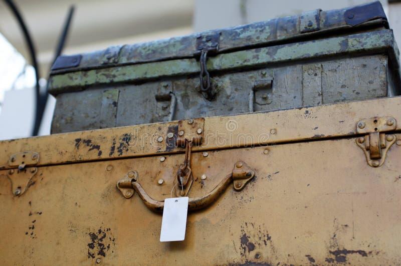 Casos oxidados del viejo vintage para el almacenamiento o la decoración imagen de archivo