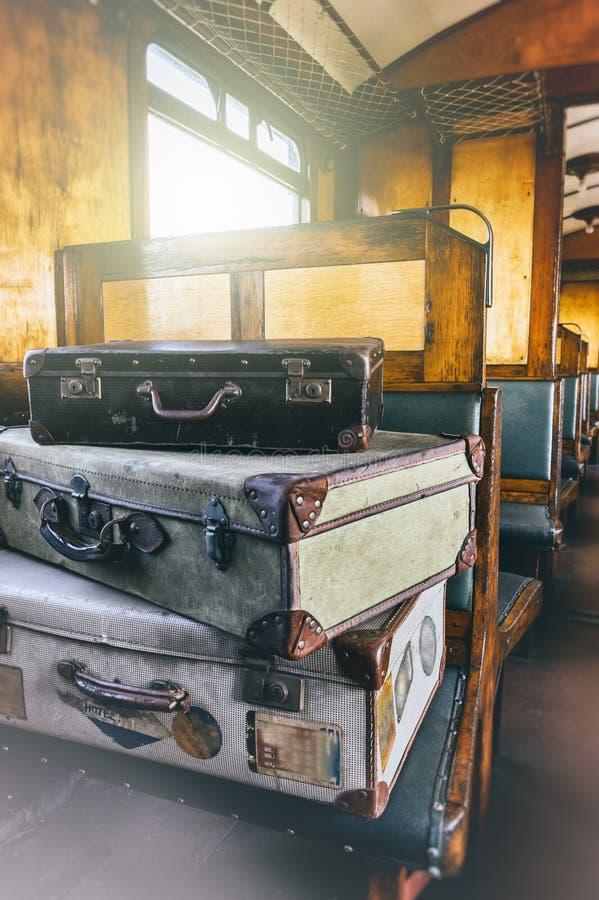 Casos retros do curso no treinador do trem do século passado fotos de stock