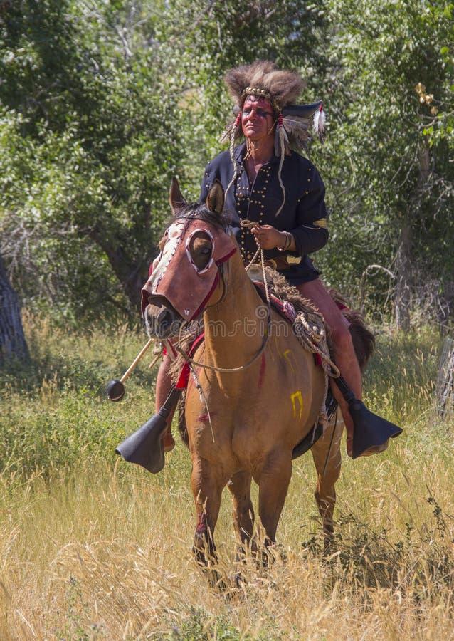 CASPER, WY__CIRCA JULHO 2015__Soldiers e reenactment dos indianos em Casper, Wy cerca do julho de 2015 fotografia de stock