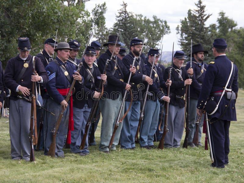 CASPER, WY__CIRCA JULHO 2015__Soldiers e reenactment dos indianos em Casper, Wy cerca do julho de 2015 fotos de stock