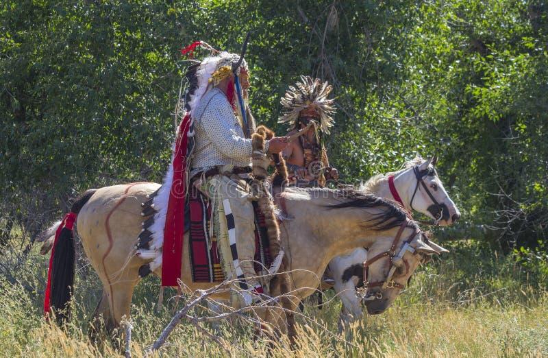 CASPER, WY__CIRCA JULIO 2015__Soldiers y reconstrucción de los indios en Casper, Wy circa julio de 2015 foto de archivo libre de regalías