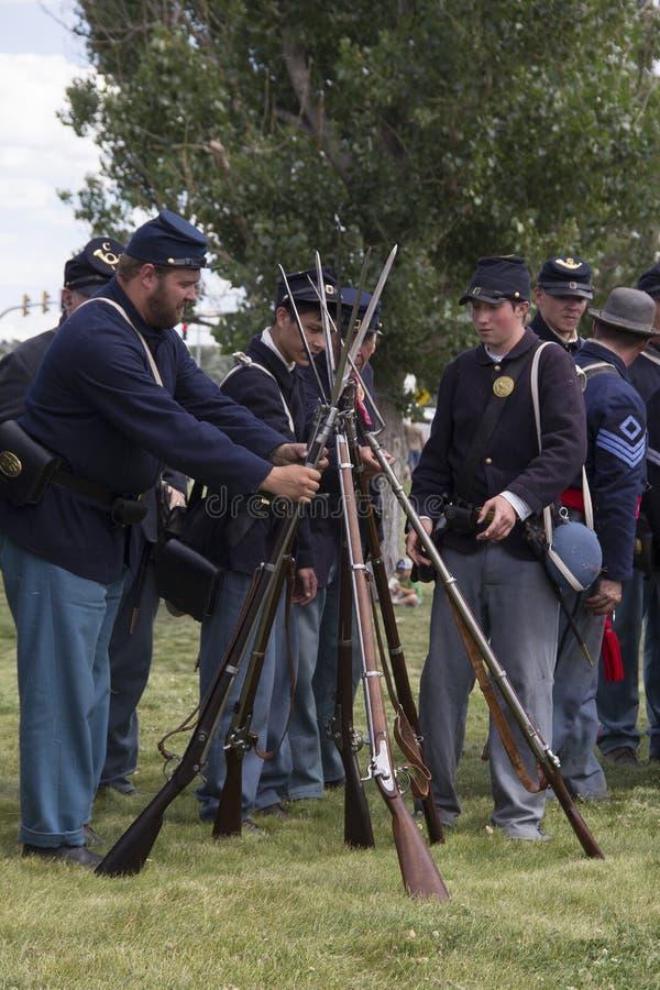 CASPER, WY__CIRCA JULIO 2015__Soldiers y reconstrucción de los indios en Casper, Wy circa julio de 2015 foto de archivo