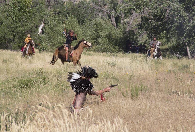 CASPER, WY__CIRCA JULIO 2015__Soldiers y reconstrucción de los indios en Casper, Wy circa julio de 2015 imagenes de archivo