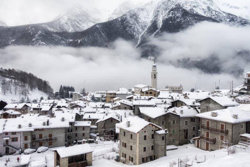 Caspoggio en hiver, petit pays de montagne sur l'unde italien d'alpes photos stock