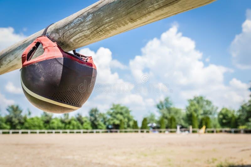 Casque équestre sur la barrière en bois Concept d'équitation photo stock