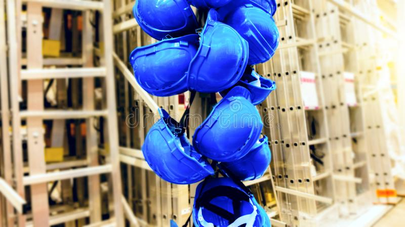 Casque bleu Marchandises de construction dans le magasin photo libre de droits