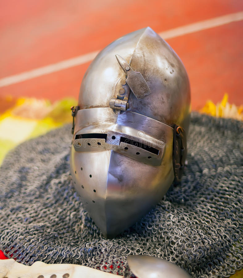 Casque d'armure antique de chevaliers photographie stock