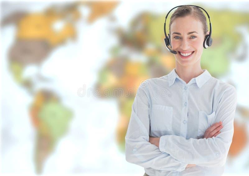 Casque de port de femme d'agent de voyage devant la carte du monde photos libres de droits