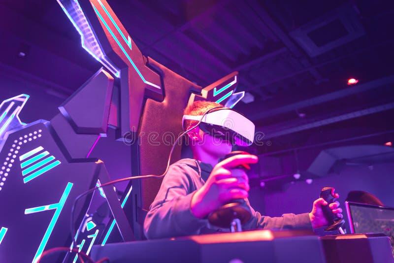 Casque de port de vr de garçon au centre de réalité virtuelle image stock