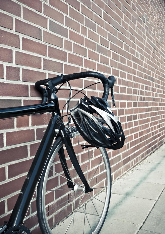 Casque de vélo sur le cycle de route de chemin photos stock