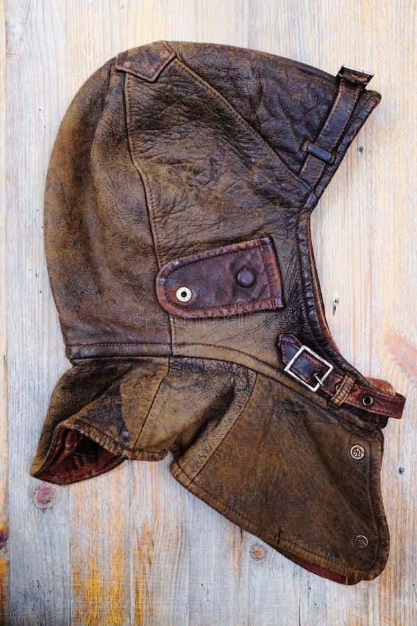 Casque en cuir de vintage au-dessus de fond en bois images libres de droits