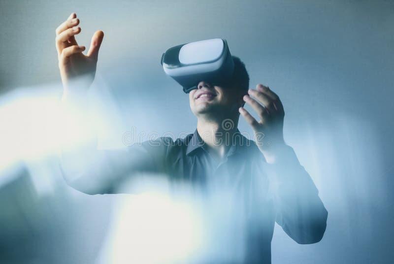 Casque ou lunettes de port de réalité virtuelle d'homme photographie stock libre de droits