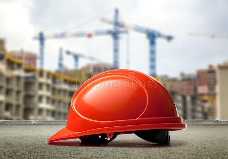 Download Casque Rouge Sur Des Bâtiments Et Des Grues Image stock - Image du protecteur, couvre: 76076815