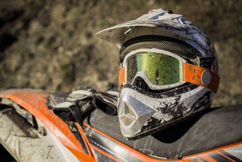 Casque sale de motocross de moto avec des lunettes photographie stock