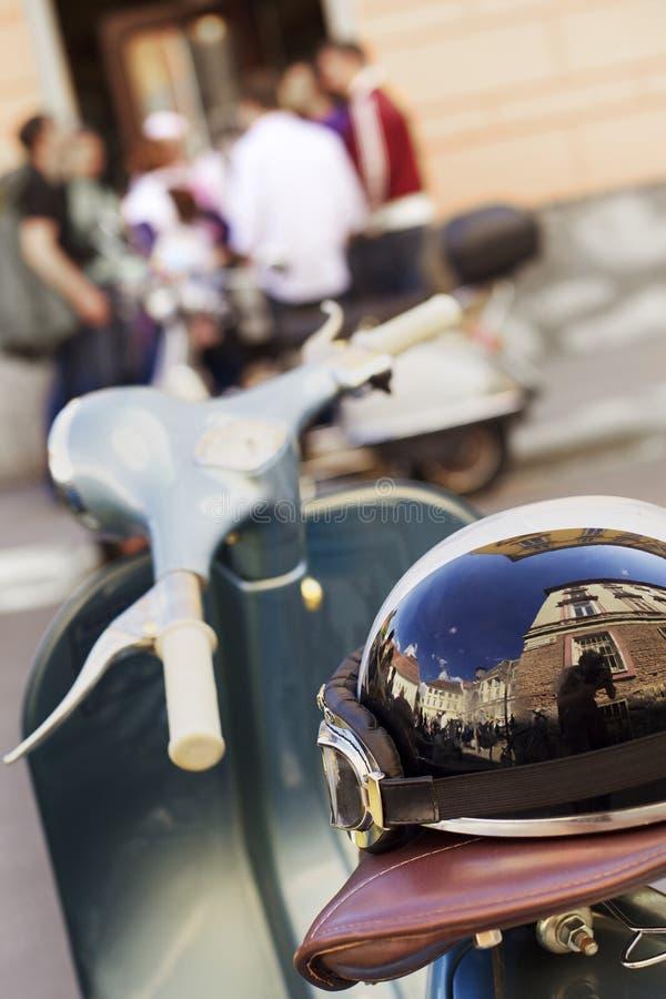Casque sur le scooter classique italien. photos libres de droits