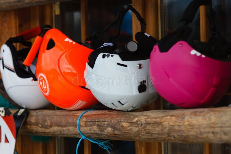 Casques colorés de ski images stock