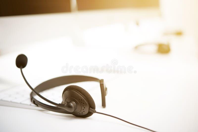 Casques de microphone sur la table avec des mots-clés d'ordinateur images libres de droits