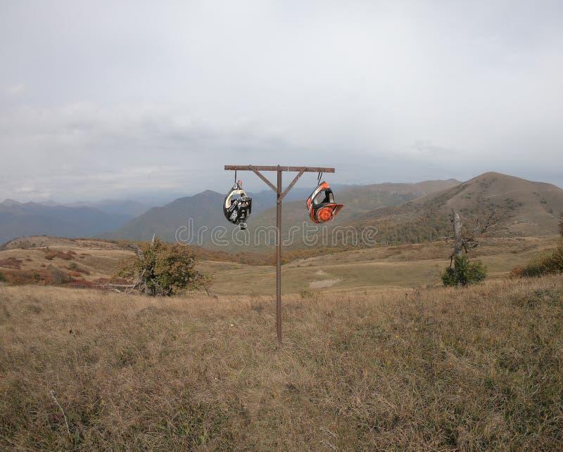 Casques de moto accrochant sur la montagne sur un cintre de fer pour couper la viande photos libres de droits