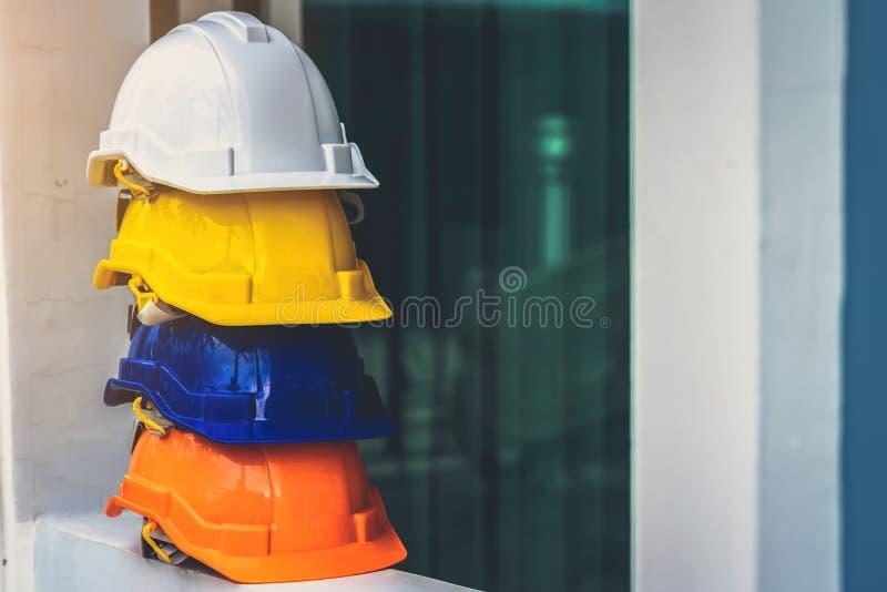 Casques de sécurité blancs, jaunes et autres colorés pour les projets de sécurité des travailleurs en position d'ingénieurs ou de photo stock