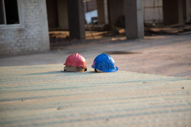 Casques de sécurité dans la construction à un bâtiment en construction photo libre de droits
