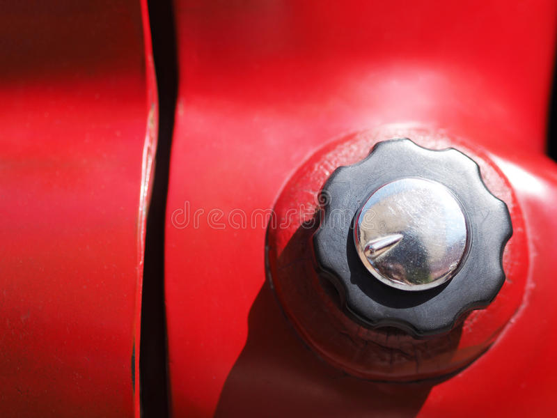 Casquillo de gas combustible del coche viejo rojo fotos de archivo libres de regalías