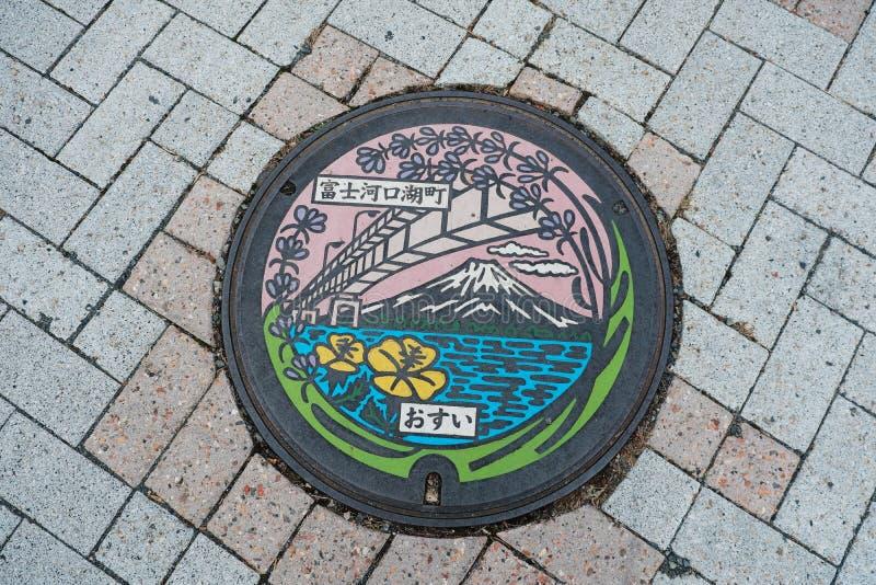 Casquillo del tubo del metal en la calle en el lago Kawaguchiko en Japón foto de archivo