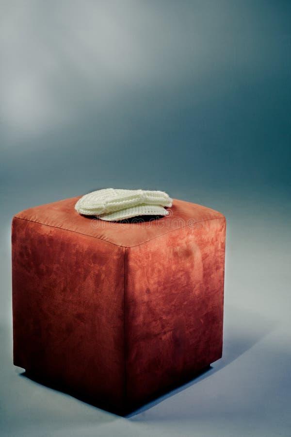 Casquillo en un taburete foto de archivo libre de regalías