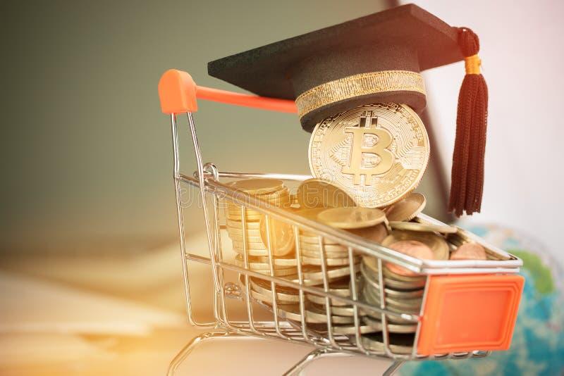 Casquillo internacional de la graduación en Bitcoin Cryptocurrency en el carro de la compra de las monedas Concepto de crisis del imágenes de archivo libres de regalías