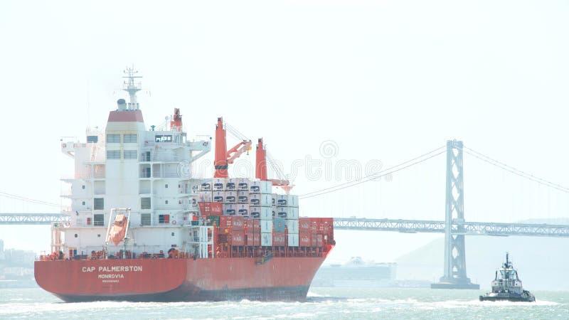 CASQUILLO PALMERSTON del buque de carga que sale el puerto de Oakland foto de archivo libre de regalías