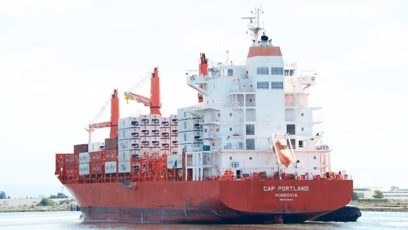 CASQUILLO PORTLAND del buque de carga que entra en el puerto de Oakland imagen de archivo