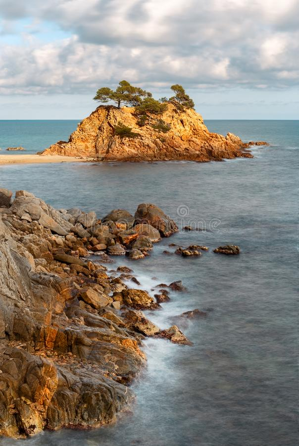 Casquillo Roig, una pila prominente del mar en Costa Brava fotografía de archivo