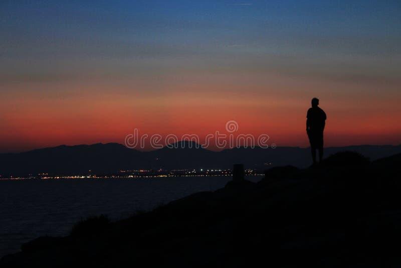 Casquillo Salou España, mar Mediterráneo de la puesta del sol del hombre fotografía de archivo libre de regalías