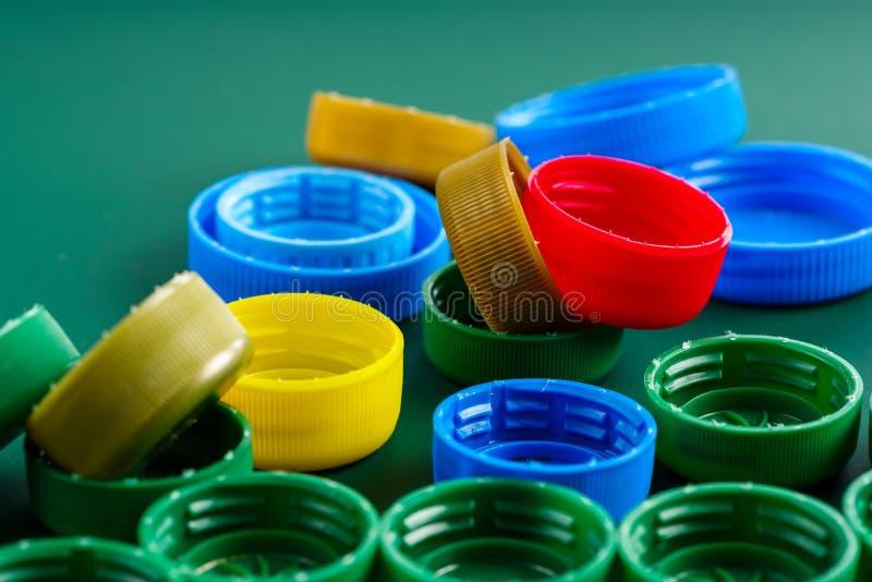 Casquillos coloreados de las botellas plásticas fotos de archivo
