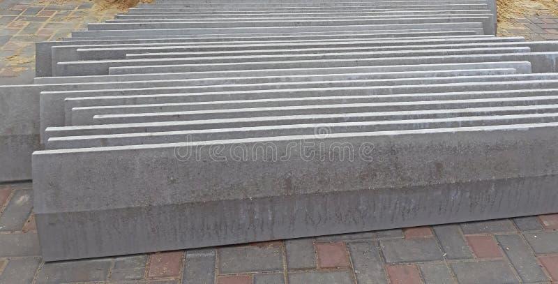 Casquillos concretos de la cerca usados en la construcción Materiales de construcci?n fotos de archivo libres de regalías