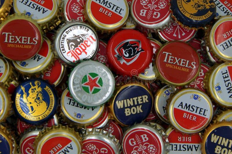 Casquillos de la botella de cerveza - fondo fotos de archivo