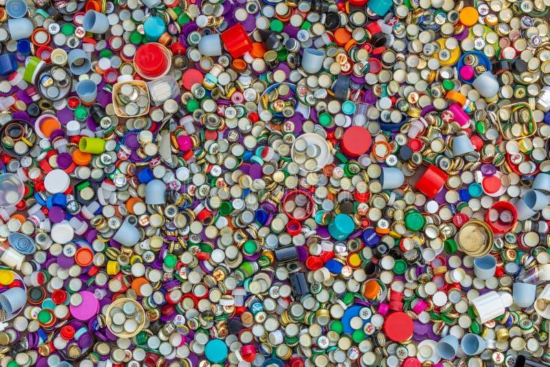 Casquillos del metal y del plástico Reciclaje, ambiente, ecología imágenes de archivo libres de regalías