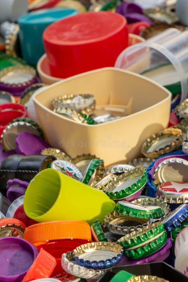 Casquillos del metal y del plástico Reciclaje, ambiente, ecología fotografía de archivo