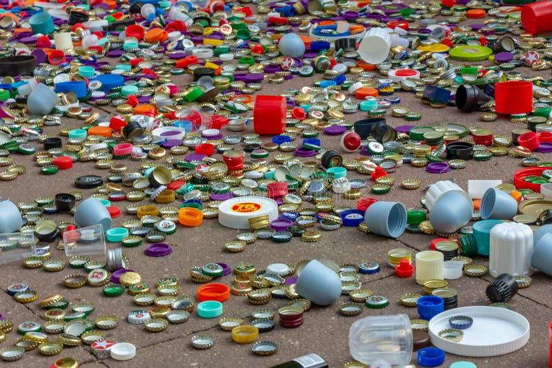 Casquillos del metal y del plástico Reciclaje, ambiente, ecología foto de archivo libre de regalías