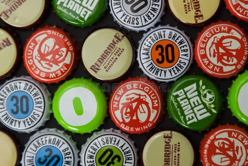 Casquillos libres de la botella de cerveza del gluten foto de archivo