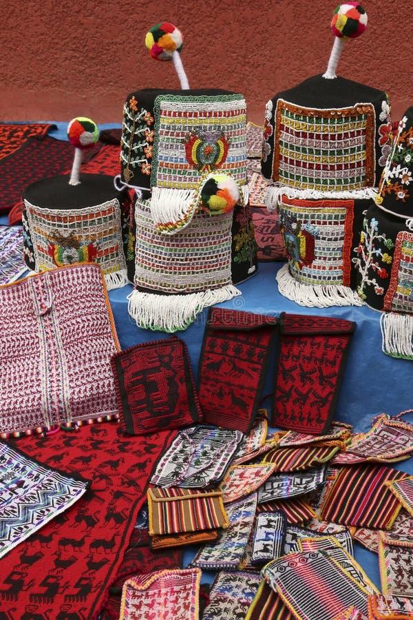 Casquillos tradicionales del ` s de los monederos y de las mujeres de Tarabuco, Bolivia imagenes de archivo